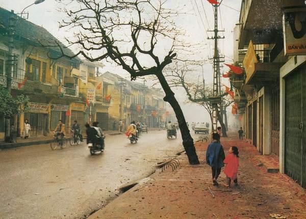 Ảnh phố Khâm Thiên trong một ngày Tết cuối thập niên 1980 hoặc đầu thập niên 1990